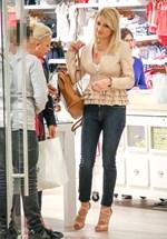 Paparazzi: Η Φαίη Σκορδά σε εμπορικό κέντρο με συγγενικά της πρόσωπα