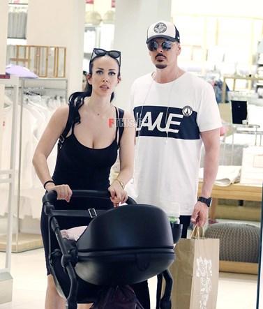 Paparazzi! Ο Νίκος Βουρλώτης και η Όλγα Καρπαθάκη στη νέα τους έξοδο με την τεσσάρων μηνών κορούλα τους