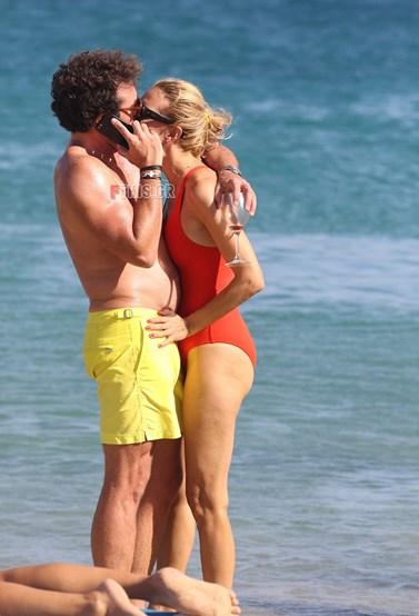 Paparazzi! Παθιασμένα φιλιά στην παραλία για την Βίκυ Καγιά και τον Ηλία Κρασσά