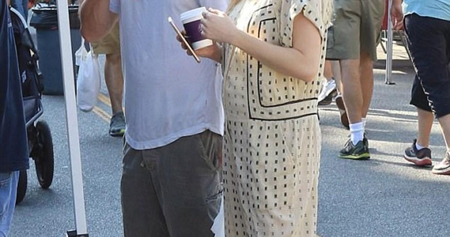 Paparazzi! Η πρώτη δημόσια εμφάνιση ζευγαριού της showbiz, μία εβδομάδα μετά τον ερχομό του γιου του!