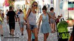 Paparazzi! Η κόρη της Ζέτας Δούκα κάνει τα πρώτα της βήματα στα σοκάκια της Πάρου