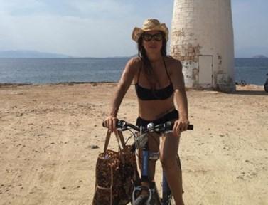 Δείτε την εντυπωσιακή βουτιά της Ναταλίας Δραγούμη στην παραλία