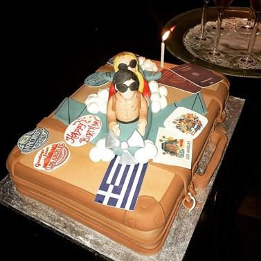 Η Ελληνίδα τραγουδίστρια μας δείχνει την τούρτα-έκπληξη που της έκανε ο αγαπημένος της για τα γενέθλιά της