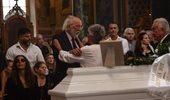 Κηδεία Ζωής Λάσκαρη: Απαρηγόρητος ο Αλέξανδρος Λυκουρέζος
