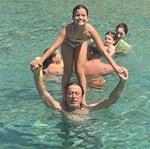 Μάκης Τριανταφυλλόπουλος: Οι βουτιές με τις κόρες του στις καλοκαιρινές τους διακοπές