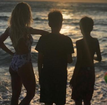 Η Ελληνίδα παρουσιάστρια ποζάρει με τους γιους της στην πιο τρυφερή τους στιγμή