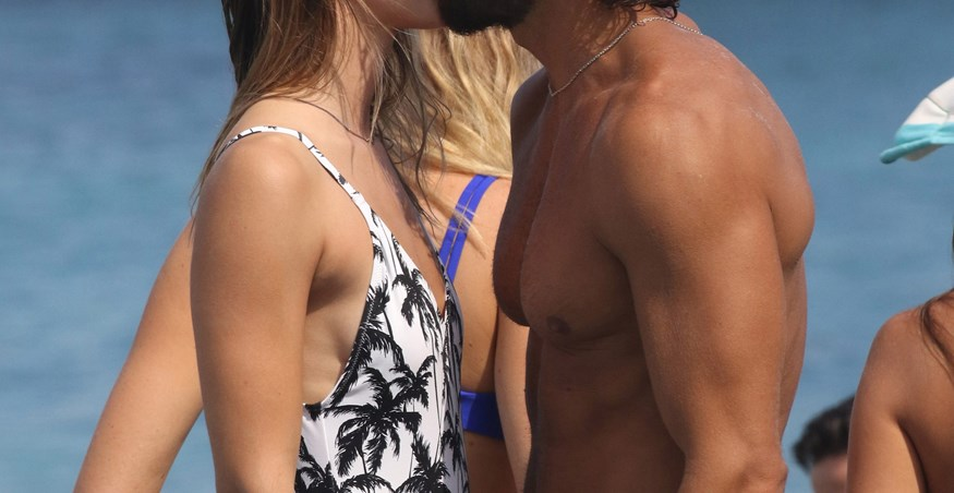 Paparazzi! Τρυφερά τετ α τετ στην παραλία για το ερωτευμένο ζευγάρι της ελληνικής showbiz!