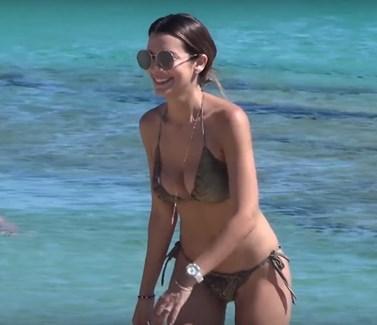 Νικολέττα Ράλλη: Καυτή εμφάνιση σε παραλία της Μυκόνου με αποκαλυπτικό μπικίνι