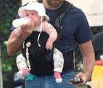 Λιώσαμε: Ο διάσημος μπαμπάς ταΐζει την τεσσάρων μηνών κόρη του στη μέση του δρόμου!