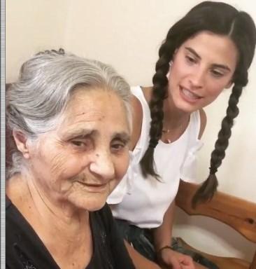 Η γιαγιά της Χριστίνας Μπόμπα επιτρέπει στον Σάκη Τανιμανίδη να απιστήσει – Δείτε το χιουμοριστικό video