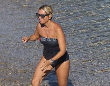 Paparazzi! Δείτε τη Marie Chantal με ολόσωμο μαγιό σε παραλία της Μυκόνου
