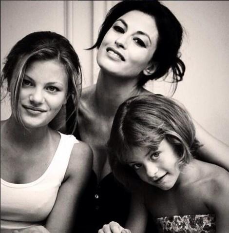 Η κόρη της Δωροθέας Μερκούρη μεγάλωσε και ποζάρει στον φακό της μαμάς της σε ρόλο… μοντέλου!