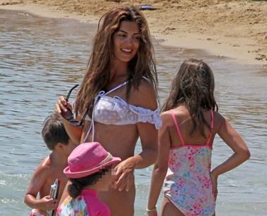 Paparazzi! Παιχνίδια στην παραλία για τη Σταματίνα Τσιμτσιλή και τις κορούλες της