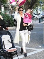 Paparazzi: Η Σίσσυ Φειδά με την κόρη της, Διώνη, στην Κηφισιά