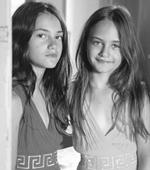 Τα δίδυμα κορίτσια της φωτογραφίας είναι κόρες πασίγνωστης Ελληνίδας!
