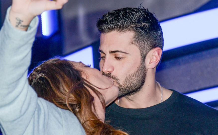 Κωνσταντίνος Βασάλος - Ευρυδίκη Βαλαβάνη: Παθιασμένα φιλιά μπροστά στον φωτογραφικό φακό!