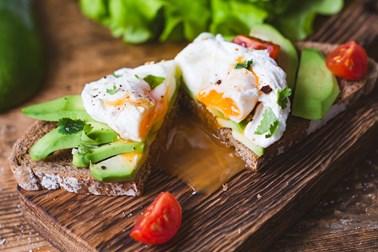 Αυγά ποσέ με αβοκάντο και σπανάκι από την Ελεονώρα Μελέτη