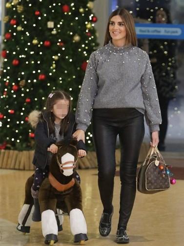 Paparazzi: Η εγκυμονούσα Σταματίνα Τσιμτσιλή σε απογευματινή έξοδο με τις κόρες της