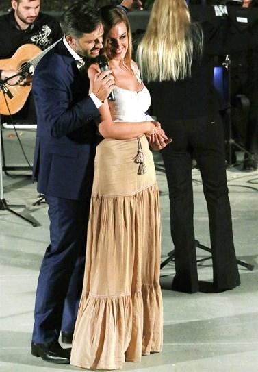 Πασίγνωστος Έλληνας ηθοποιός ανέβασε στη σκηνή τη σύντροφό του και της αφιέρωσε ερωτικό τραγούδι