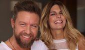 Ο Γιάννης Βαρδής και η Νατάσα Σκαφιδά παντρεύονται! Οι πρώτες φωτογραφίες με τον τραγουδιστή ντυμένο γαμπρό