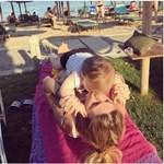 Παιχνίδια στην παραλία για γνωστή Ελληνίδα και την κορούλα της