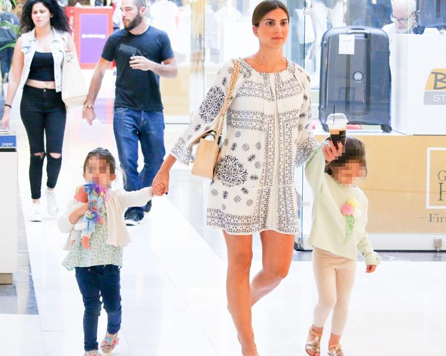 Σταματίνα Τσιμτσιλή: Βόλτα με τις κόρες της σε εμπορικό κέντρο!
