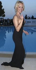 Pamela Anderson: Νέα εμφάνιση με αλλοιωμένο από τις πλαστικές πρόσωπο