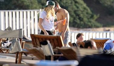 Paparazzi! Το ζευγάρι της ελληνικής showbiz είναι ξανά μαζί; Οι φωτογραφίες από το  μπάνιο που απόλαυσαν μαζί!