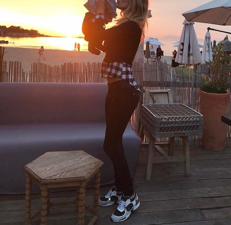 H Ελληνίδα μανούλα ποζάρει στο ηλιοβασίλεμα με τον τρεισήμισι μηνών γιο της