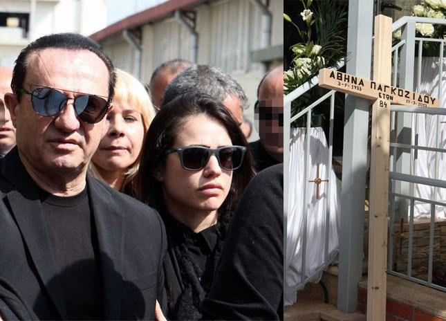Συντετριμμένος στην κηδεία της μητέρας του ο Λευτέρης Πανταζής – Στο πλευρό του η κόρη του