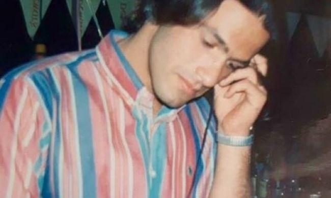 Ο νεαρός άνδρας της φωτογραφίας είναι πασίγνωστος Έλληνας παρουσιστής. Τον αναγνωρίζετε;
