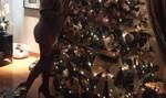 Η Ελληνίδα εγκυμονούσα στολίζει το δέντρο με ψηλοτάκουνα και μίνι λίγο πριν γεννήσει!