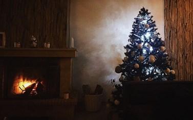 Πασίγνωστος τραγουδιστής στόλισε Χριστουγεννιάτικα το σπίτι του στην Αθήνα μαζί με την αγαπημένη του!