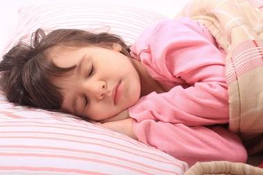 Πόσες ώρες πρέπει να κοιμάται το 24ωρο ένα παιδί, ανάλογα με την ηλικία του;