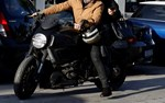 Paparazzi! Ένα... easy-rider ζευγάρι στους δρόμους της Γλυφάδας!
