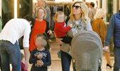 Paparazzi! Κατερίνα Καραβάτου: Έξοδος για ψώνια με τα δύο παιδιά της!