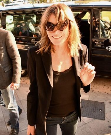 Στην Ελλάδα η Carla Bruni: Η casual chic εμφάνισή της στο κέντρο της Αθήνας!