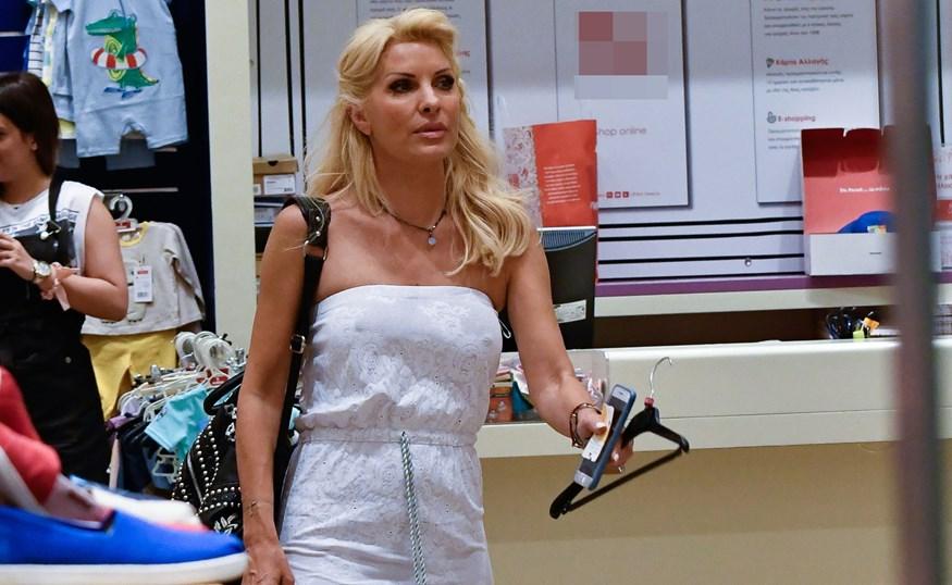 Δείτε την Ελένη Μενεγάκη να διαλέγει ρούχα για τις κόρες της!