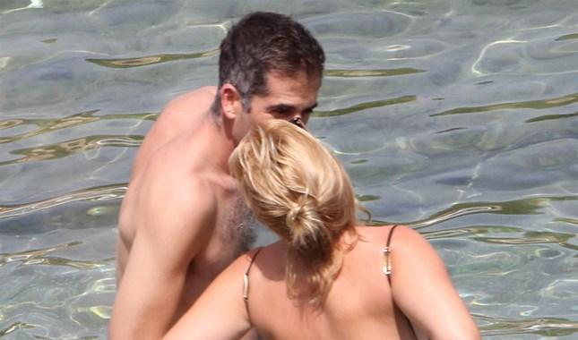 Paparazzi! Παθιασμένα φιλιά στην παραλία για την εγκυμονούσα Σία Κοσιώνη και τον Κώστα Μπακογιάννη
