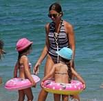 Σταματίνα Τσιμτσιλή: Τελευταίες βουτιές με τις κορούλες της στην παραλία!