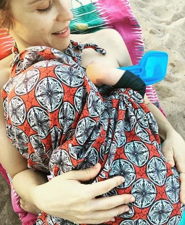 Η Αντιγόνη Δρακουλάκη φωτογραφίζει τον πατέρα της με τον ενός έτους γιο της