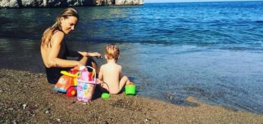 Η Βίκυ Καγιά φωτογραφίζει την κορούλα της να παίζει στην παραλία