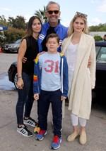 Πέτρος Κωστόπουλος: Ποζάρει αγκαλιά με τα τρία του παιδιά σε παραλία της Μυκόνου