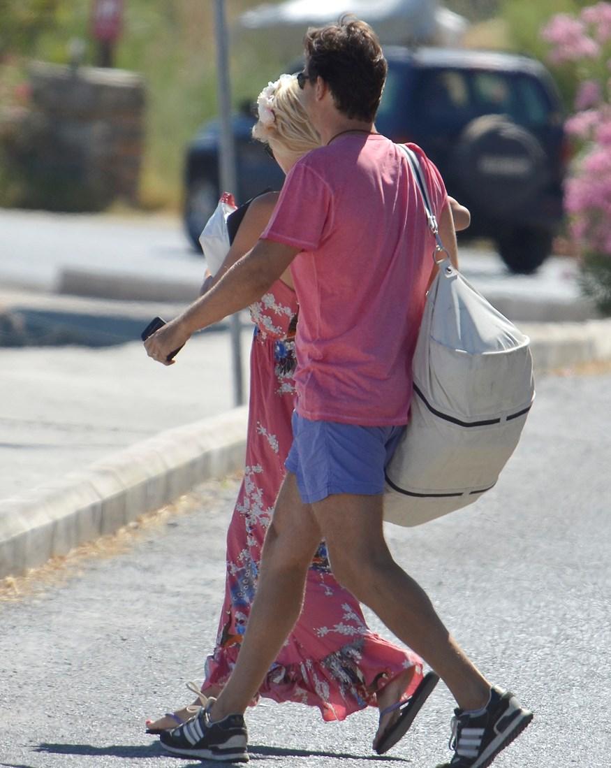 Ελένη Μενεγάκη - Μάκης Παντζόπουλος: Δείτε φωτογραφία από την άφιξή τους στη Λευκάδα με το φουσκωτό