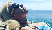 Η Ελένη Μενεγάκη επιστρέφει στην Αθήνα - Η νέα φωτογραφία και το καλοκαιρινό hair look που υιοθέτησε