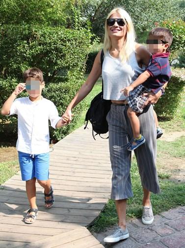 Η Φαίη Σκορδά φωτογραφίζει τους γιους της στις καλοκαιρινές τους διακοπές