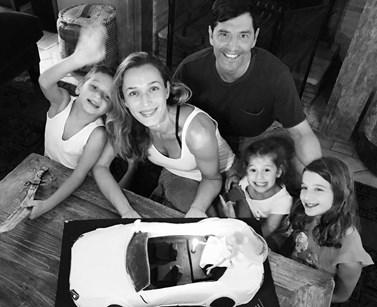 Σάκης Ρουβάς - Κάτια Ζυγούλη: Ο Αλέξανδρος έγινε έξι ετών – Δείτε όλη την οικογένεια να ποζάρει μαζί