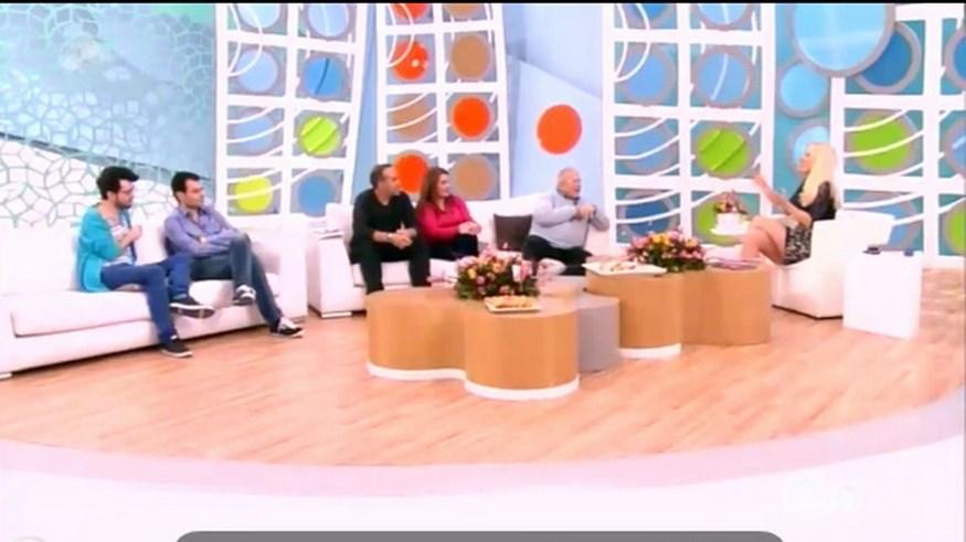 Ο Κώστας Βουτσάς απαριθμούσε με χιούμορ τα προβλήματα υγείας στην Ελένη και η παρουσιάστρια απορούσε πώς ζει ακόμη (video)