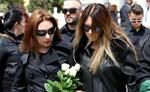 Χριστίνα Ψάλτη: Συντετριμμένη η σύζυγός του Στάθη Ψάλτη στην κηδεία του