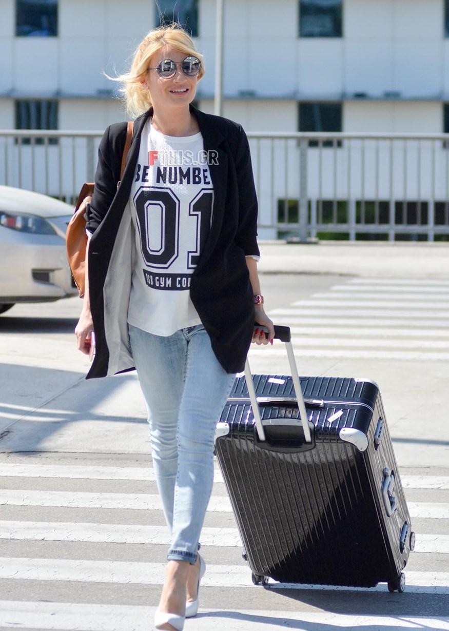 Paparazzi: Η Φαίη Σκορδά στο αεροδρόμιο με εντυπωσιακό look!